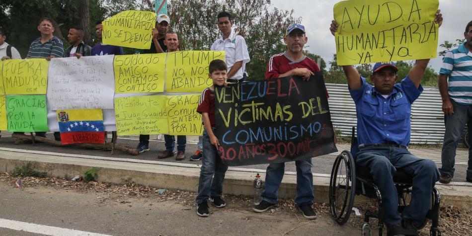 Médicos venezolanos cruzan la frontera para pedir el paso de ayuda