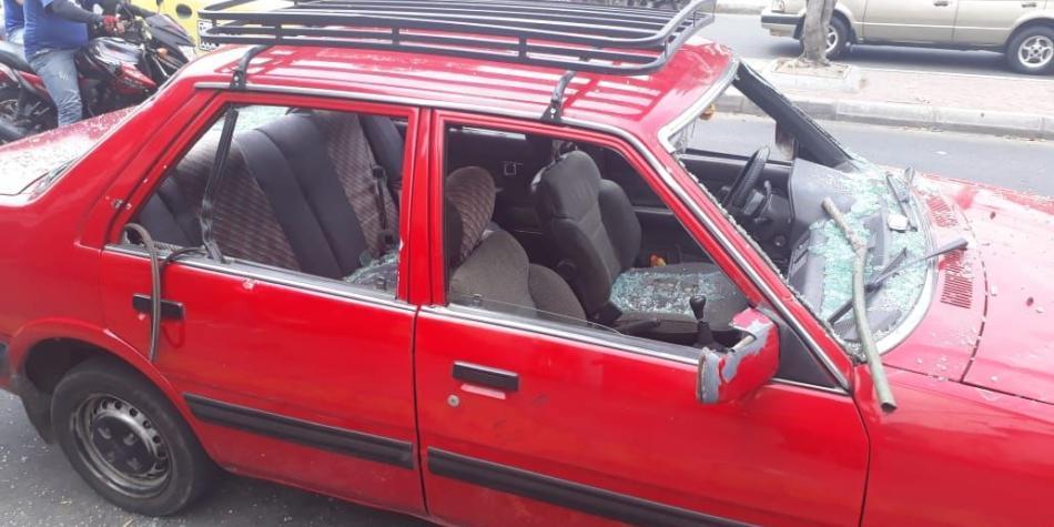Hombre destruye a patadas su carro tras recibir multa de la Policía