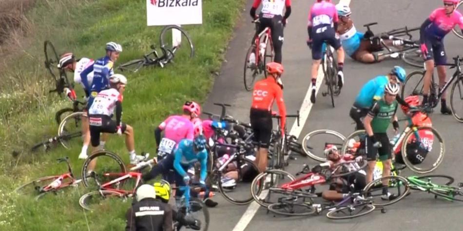 ¡Caos en la etapa de la Vuelta al País Vasco: multitudinaria caída!