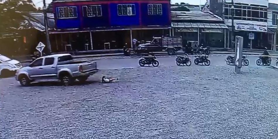 Video: Niña sale ilesa después de que camioneta le pasa por encima