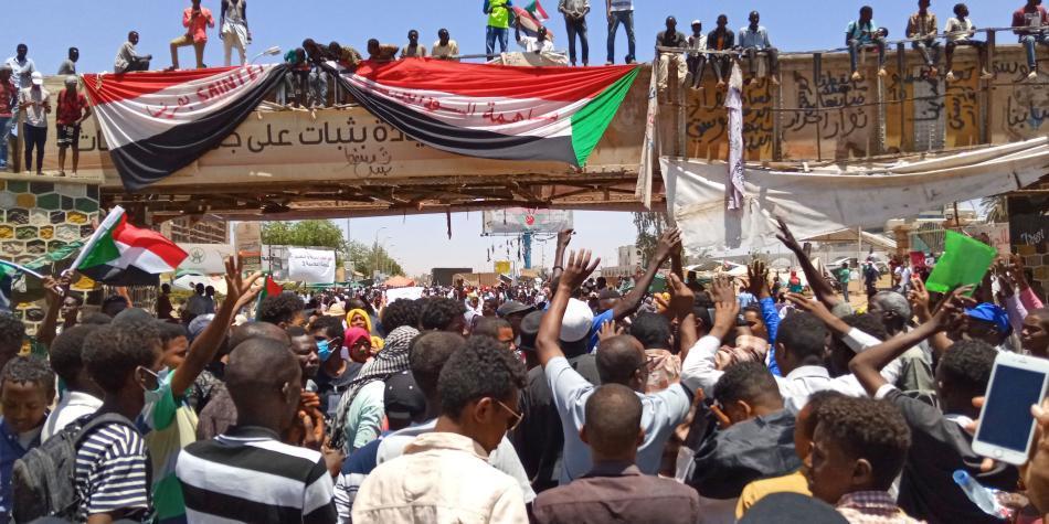 En medio de protestas, junta de Ejercito de Sudán nombró nuevo líder