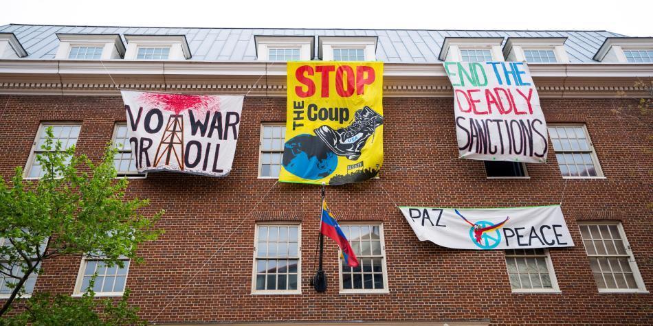 EE. UU. ordena a activistas chavistas desalojar embajada en Washington