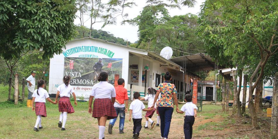 Despejan de minas un bosque vecino de escuela en Meta
