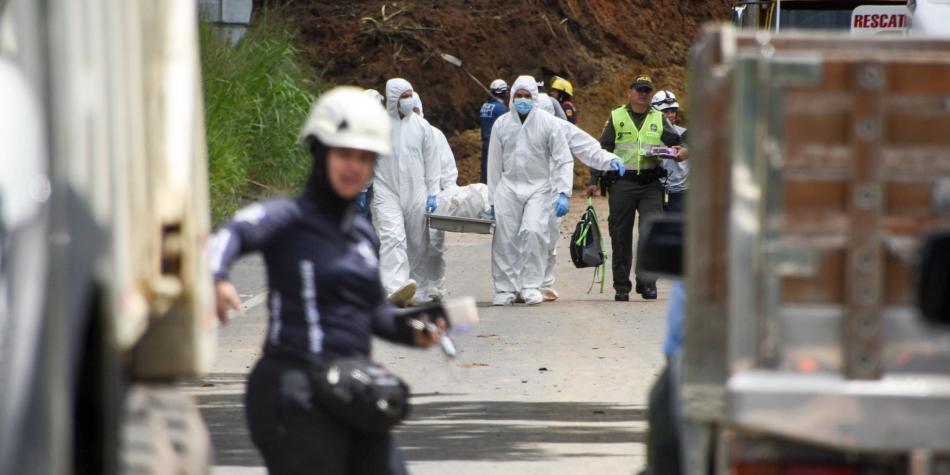 Tragedia en Risaralda: 4 muertos y 12 carros sepultados por derrumbe