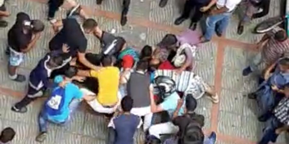 Mujer causa caos en Ibagué luego de lanzar billetes desde balcón