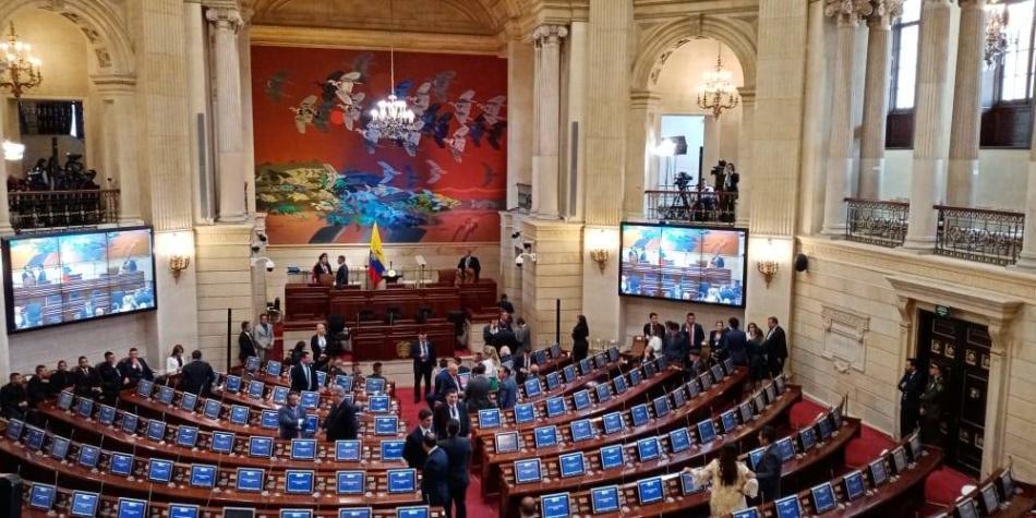 Se hunde proyecto que congelaba salario de congresistas