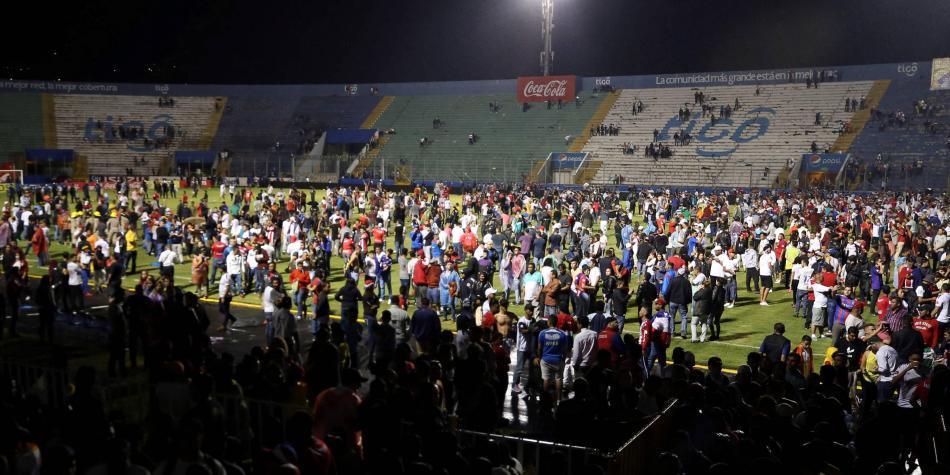 Van 4 muertos, tras disturbios en suspensión de clásico en Honduras