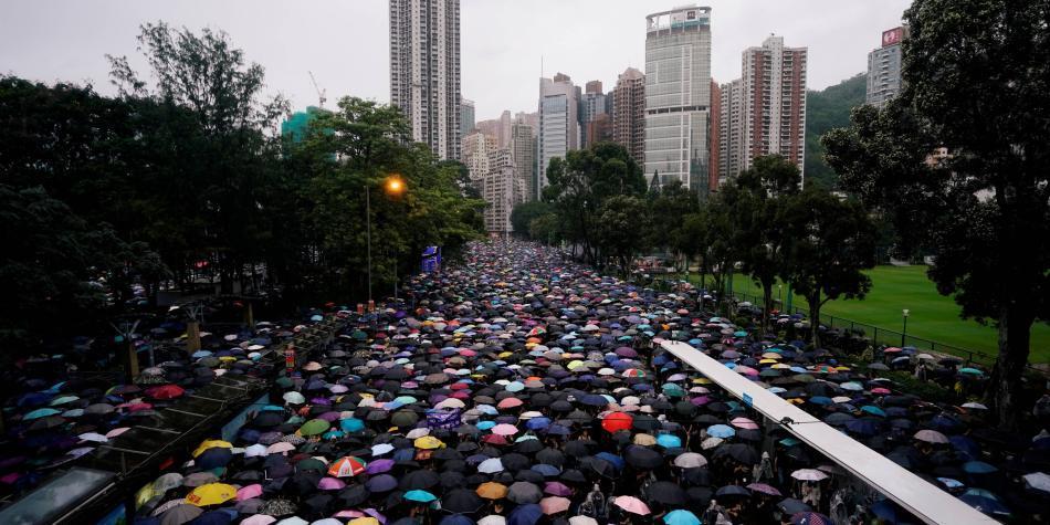 Manifestantes abarrotan las calles de Hong Kong de manera pacífica