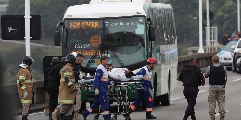 Hombre armado mantiene 16 rehenes en autobús de Rio de Janeiro