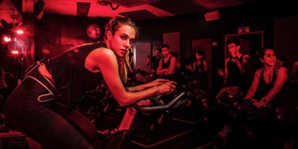 ¿Se atrevería a hacer ejercicio a oscuras? Conozca esta tendencia