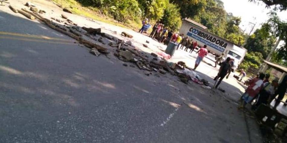 Caos en Antioquia: bloqueos en vía a Costa dejan un soldado muerto