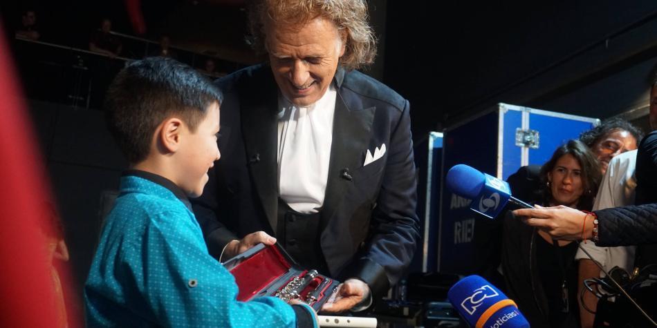 Daniel Sanabria tocó la flauta que le regaló André Rieu