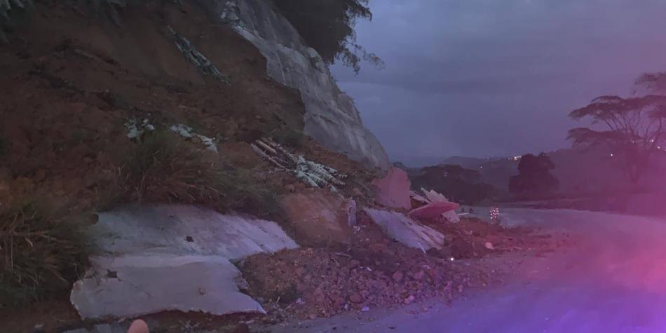 Cierran vía Manizales-Medellín por deslizamiento en sector La Manuela