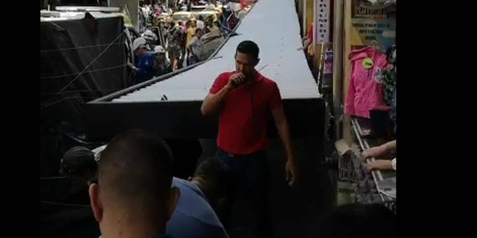 Caída de techo de popular centro comercial de Medellín deja 3 heridos
