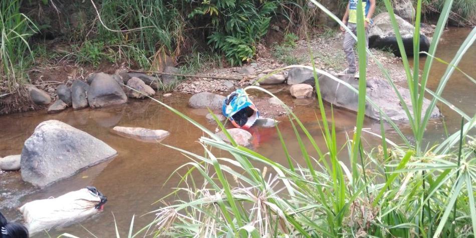 Conmoción por dos cuerpos hallados en costales en un río de Cali