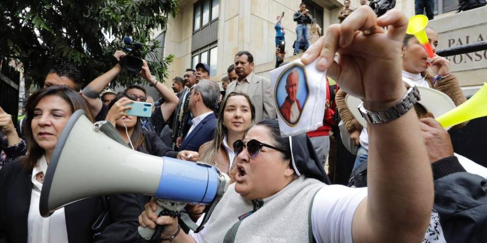 Los pecados que le endilgan a la 'monja uribista' en Medellín