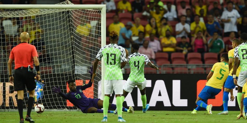 ¡Brutal lesión del arquero de Nigeria!