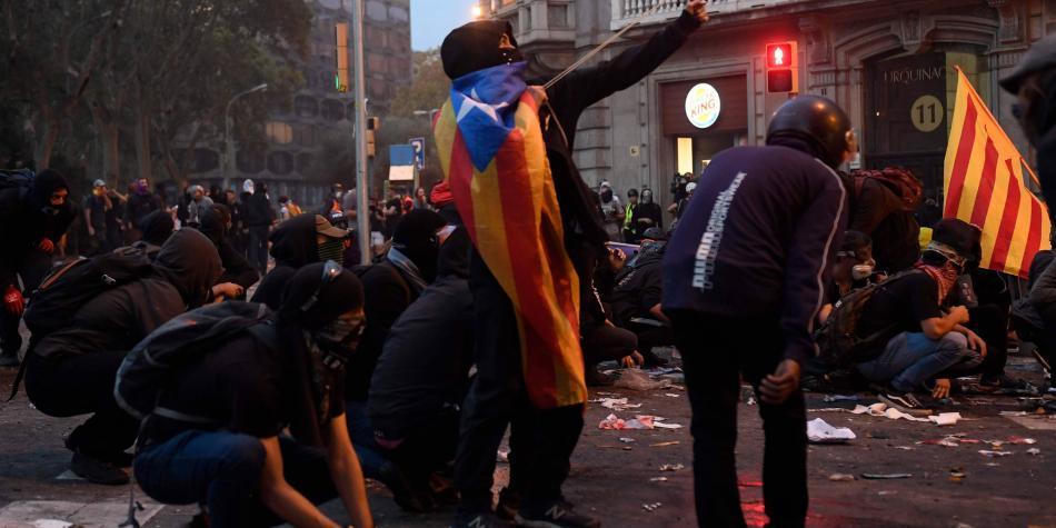 Masiva huelga independentista en Barcelona termina con disturbios