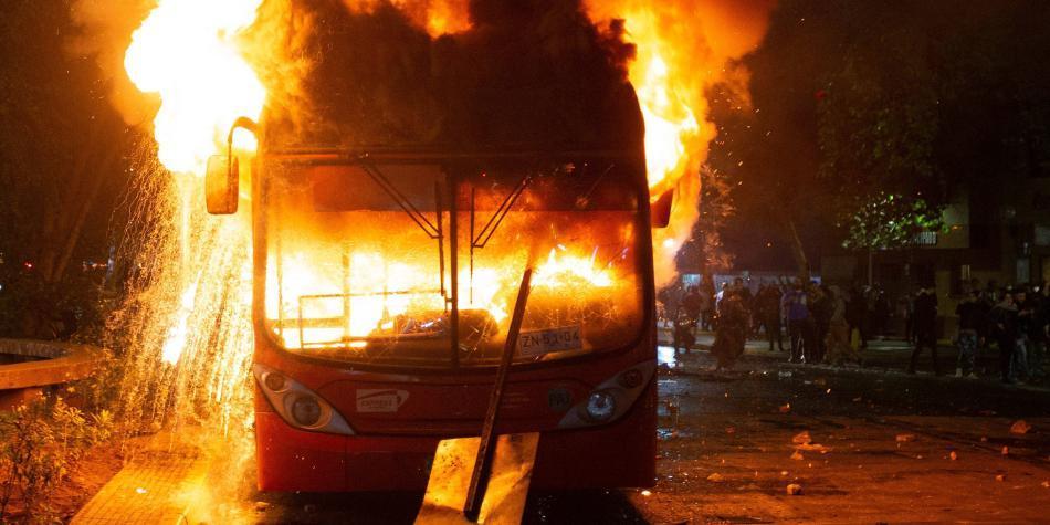 Caos en Santiago por protestas en contra del alza en pasajes del metro