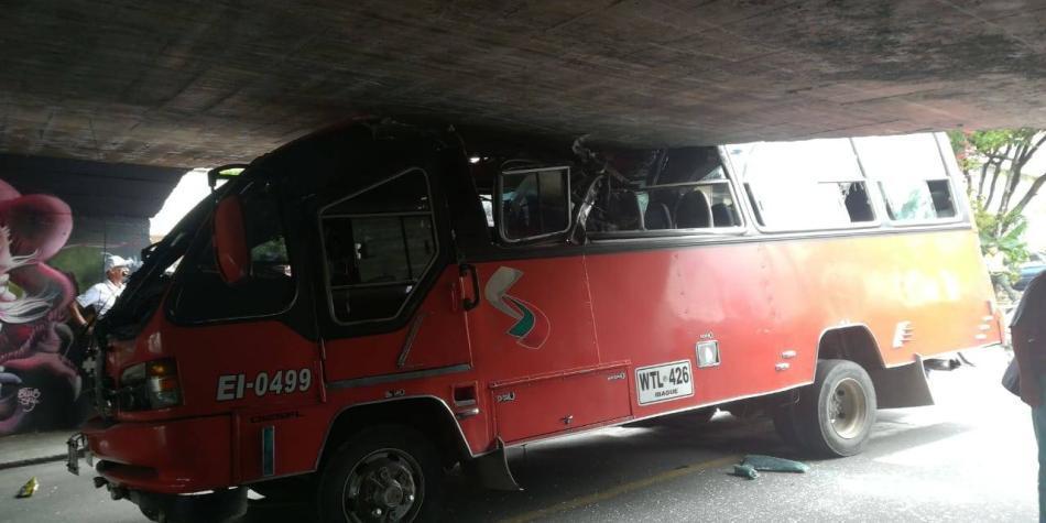 Bus quiso evitar marchas por paro y se estrelló con techo de puente