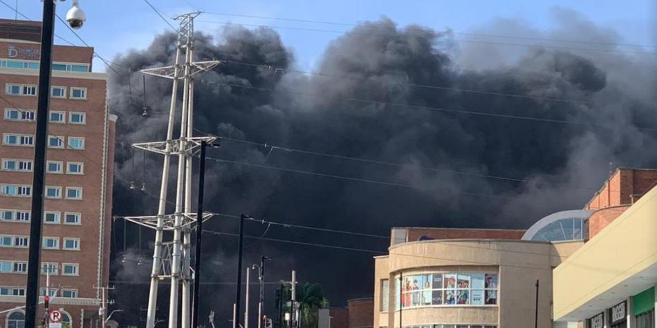 Bomberos sofocan voraz incendio en centro comercial de Barranquilla