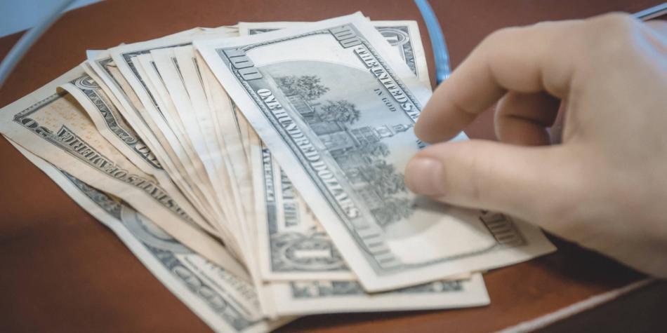 Dólar se contagia de la caída del crudo por temor mundial y sube $ 33