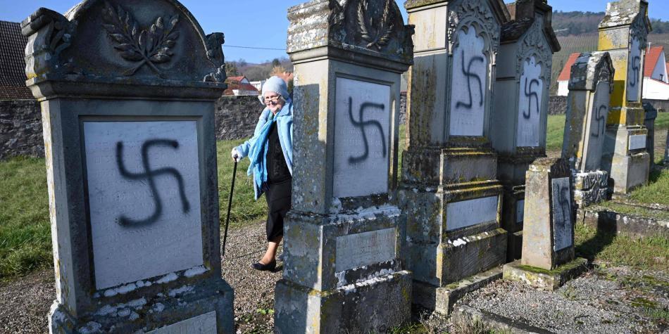 Francia condena antisemitismo en cementerio judío