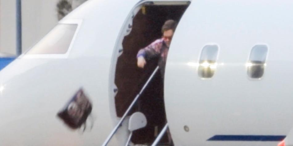 Elton John arrojó un bolso de 4.000 dólares desde su avión privado