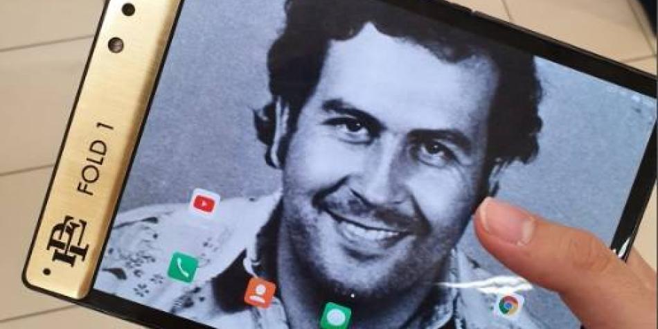 Marca en honor a Pablo Escobar lanza su propio 'smartphone' plegable