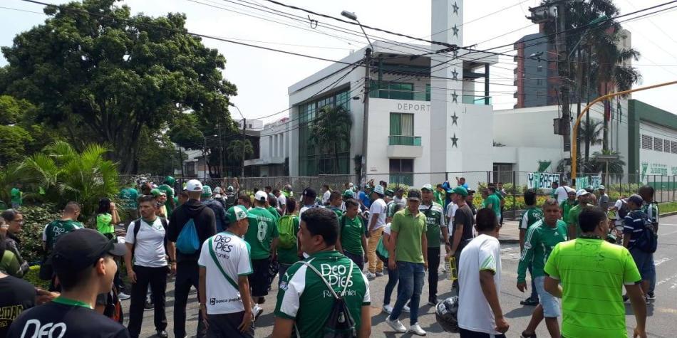 Gases y reclamos en afueras de la sede del Deportivo Cali