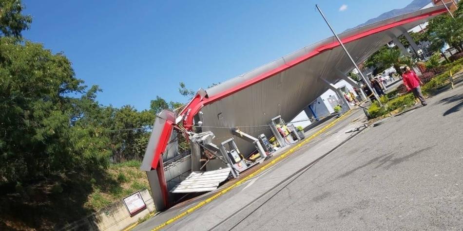 Susto en Medellín por elemento de metrocable que cayó en gasolinera