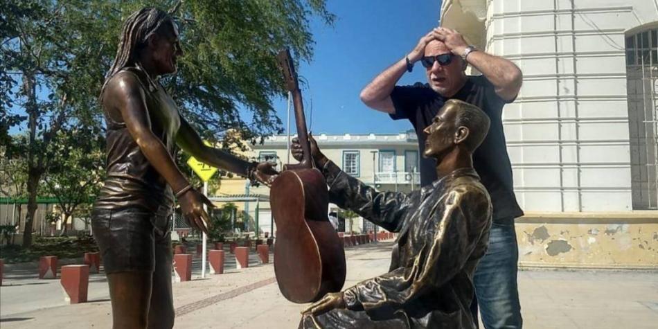 Controversia por estatua de Carlos Vives que parece una mujer
