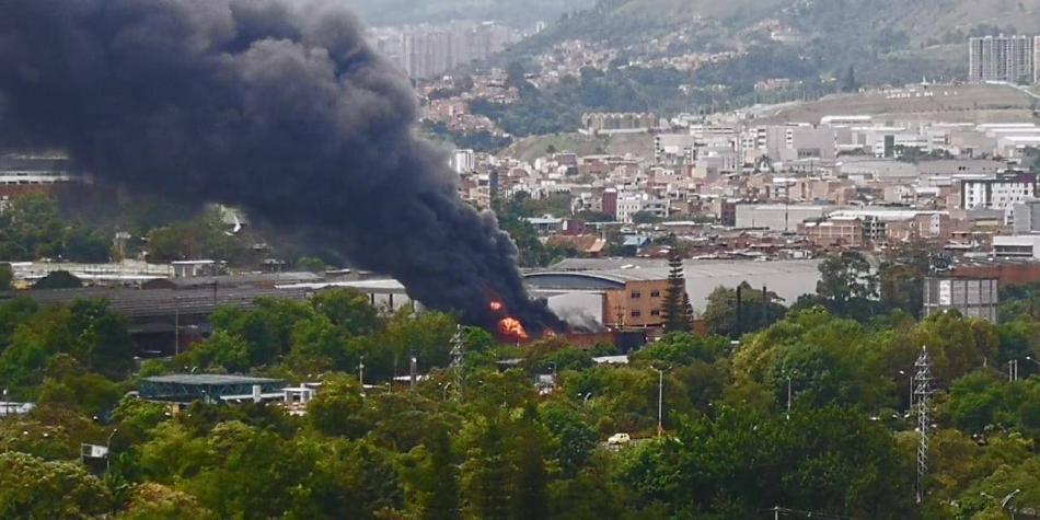 Susto en Medellín por voraz incendio en empresa de cascos