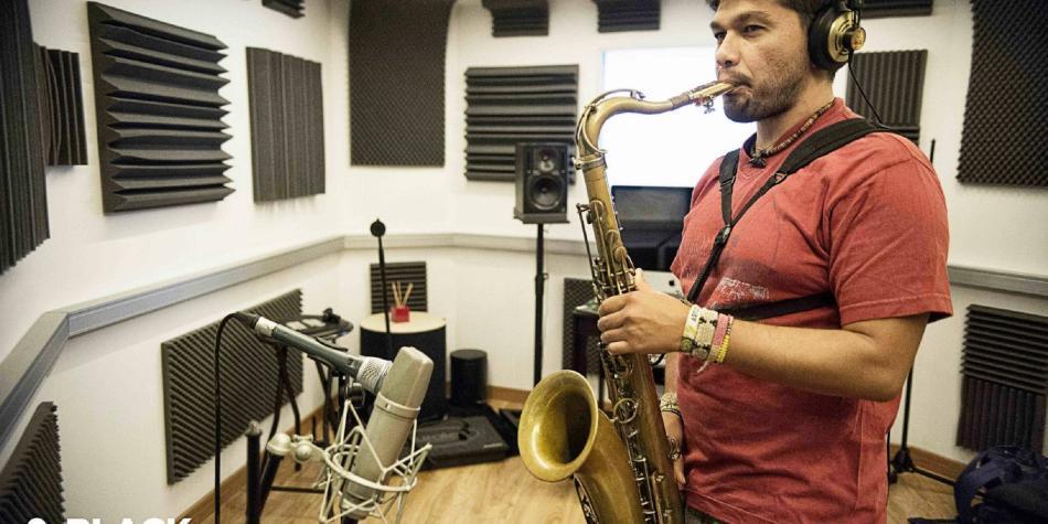 La historia del músico bumangués que triunfa con su saxofón en Europa