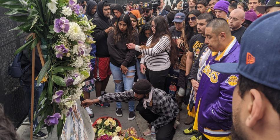 Homenaje a Kobe Bryant a las afueras del Stapes Center de Los Ángeles