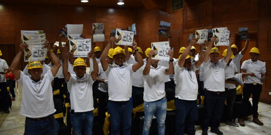 Más de 60 excombatientes se graduaron como operarios de maquinaria