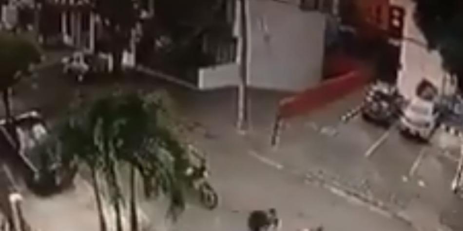 Hombre se cuelga de motocicleta y evita que se la roben en Cali