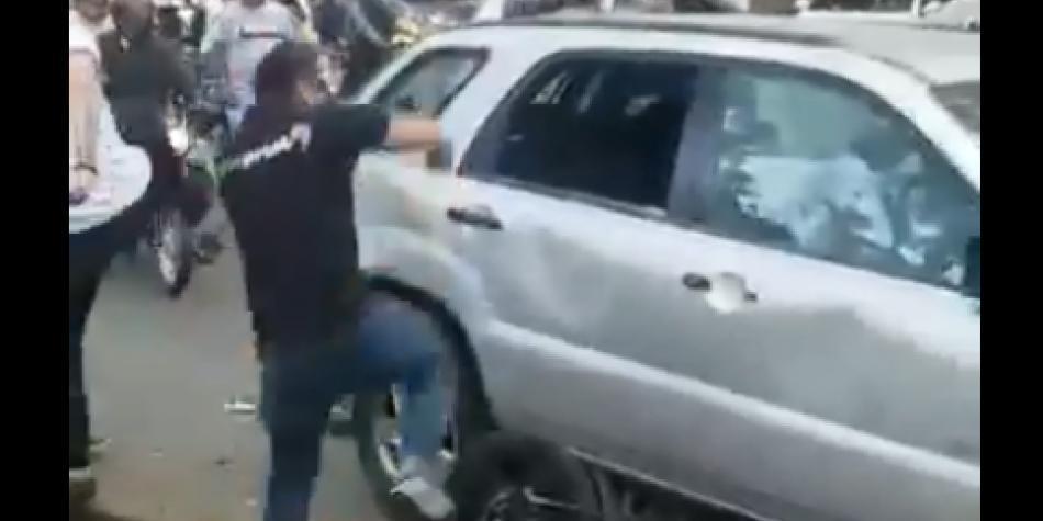Los tres videos de brutal pelea en una avenida de Cali