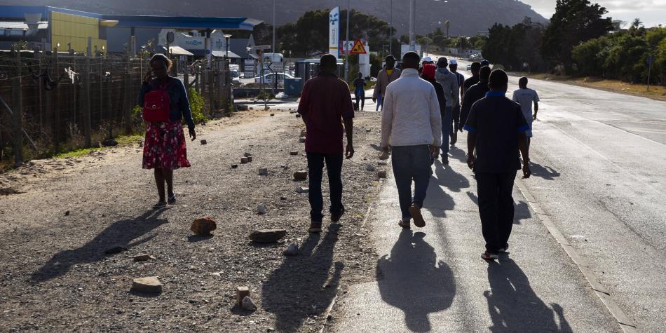 Usan balas de goma en Sudáfrica para que se respete el aislamiento