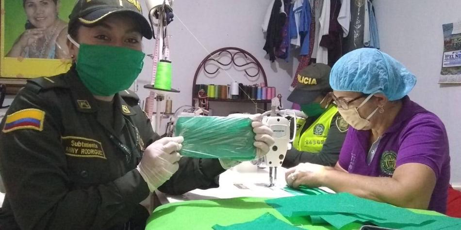 Policía fabrica tapabocas para entregar en pueblos del Atlántico