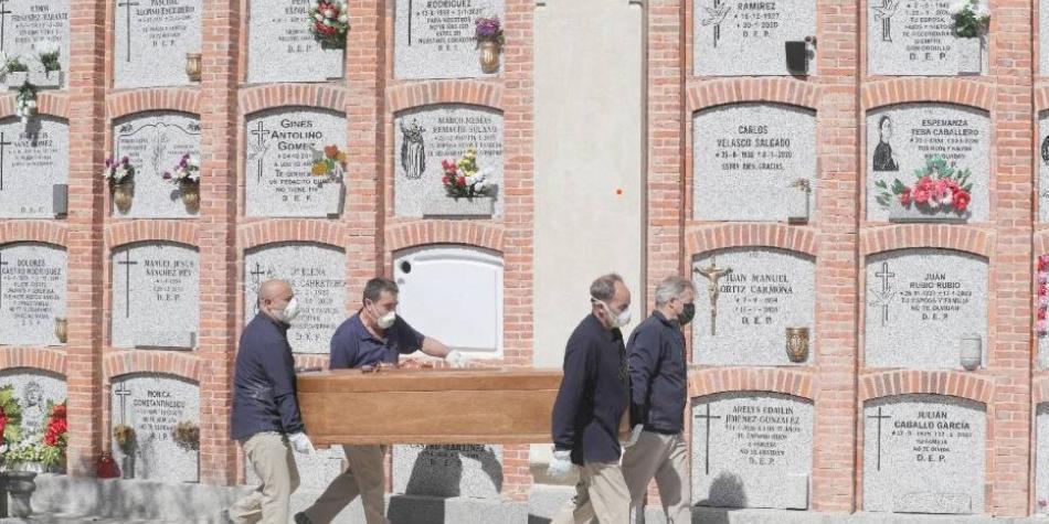 En España, familias esperan más de diez días para enterrar sus muertos