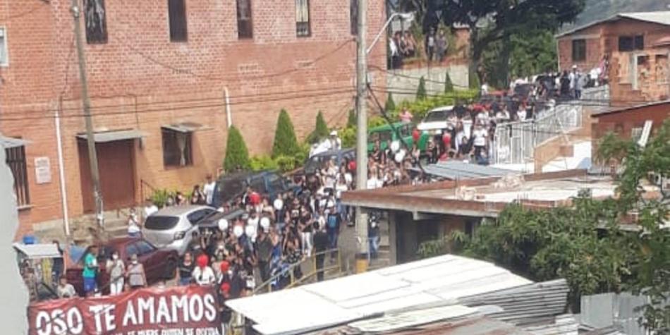 En cuarentena, caravana despide a jefe de banda criminal en Antioquia