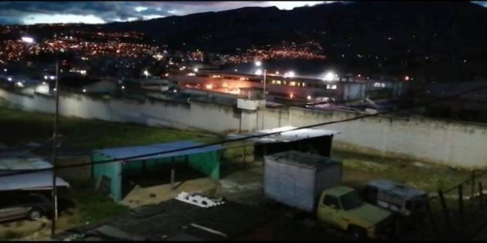 Diez personas heridas durante motín e incendio en la cárcel de Pasto