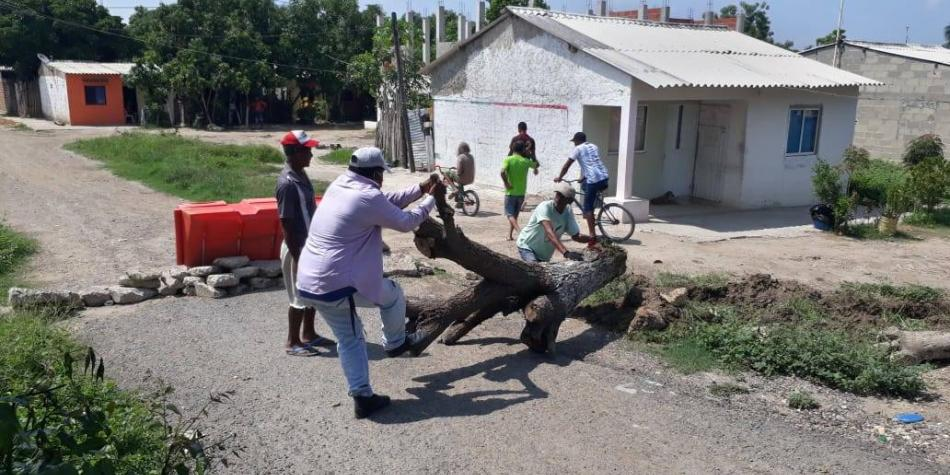 Pueblo atlanticense busca frenar al covid-19 con piedras y troncos
