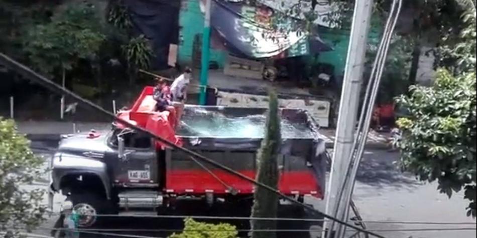 Insólito: con piscina en una volqueta, violan cuarentena en Medellín