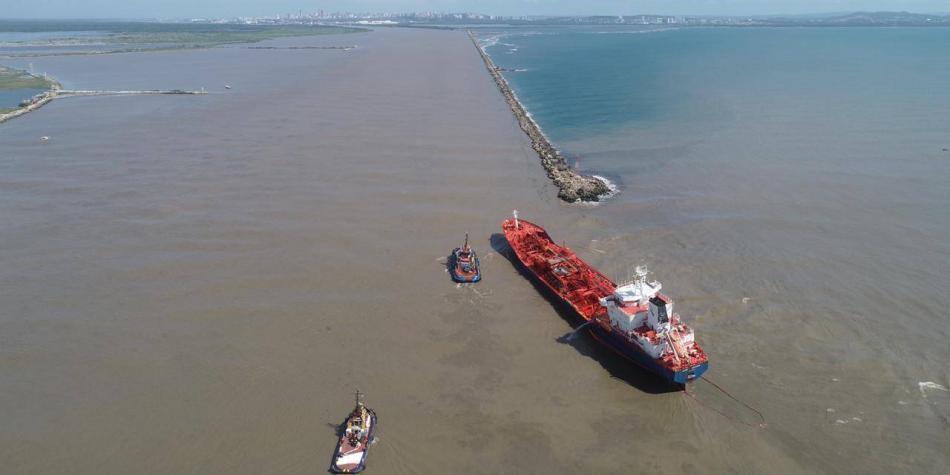 El buque con 5.200 toneladas de químicos que espera ser rescatado