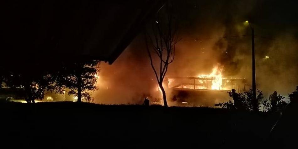 En Medellín investigan causas del incendio de tres buses en Robledo