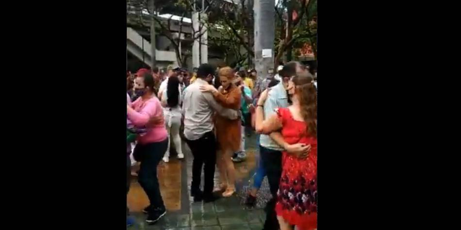 Indignación en Medellín por baile en la calle durante la alerta roja