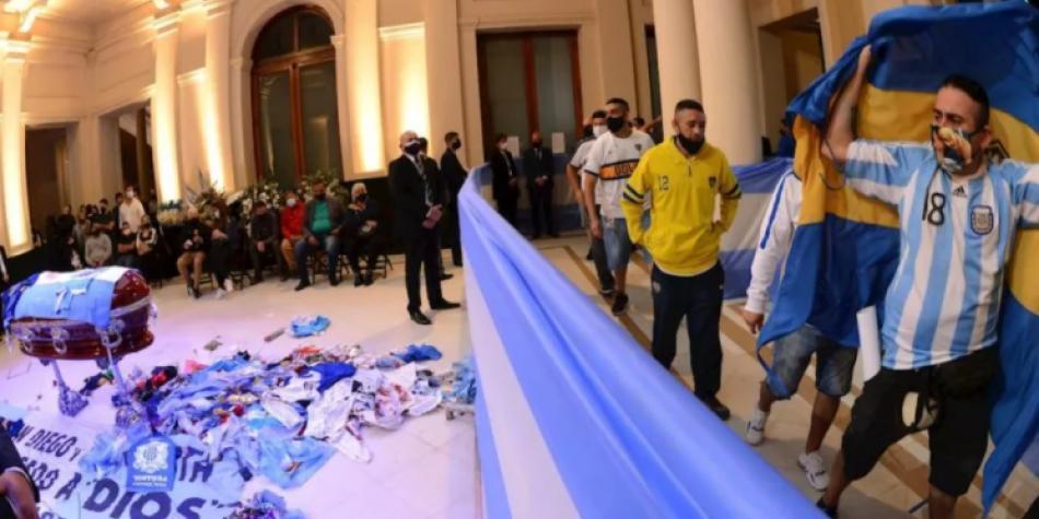 Repudio a hombre que se tomó foto con el cadáver de Maradona