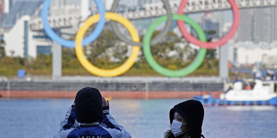 Los gigantes anillos olímpicos fueron reinstalados en Tokio